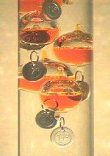 Termometro Di Galileo Il termometro di galileo, dei primi del '600, è oggi, oltre che una curiosità, un grazioso oggetto d'arredamento. toys and science